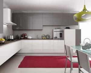 Meglio una cucina sospesa o una cucina con zoccolo?