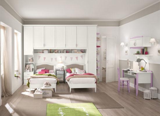 La cameretta Bucaneve è completa di armadio a ponte con mensola e libreria, scrivania con sedia e mensole attrezzate e due letti. Ideale per sfruttare al meglio gli spazi non rinunciando al design.